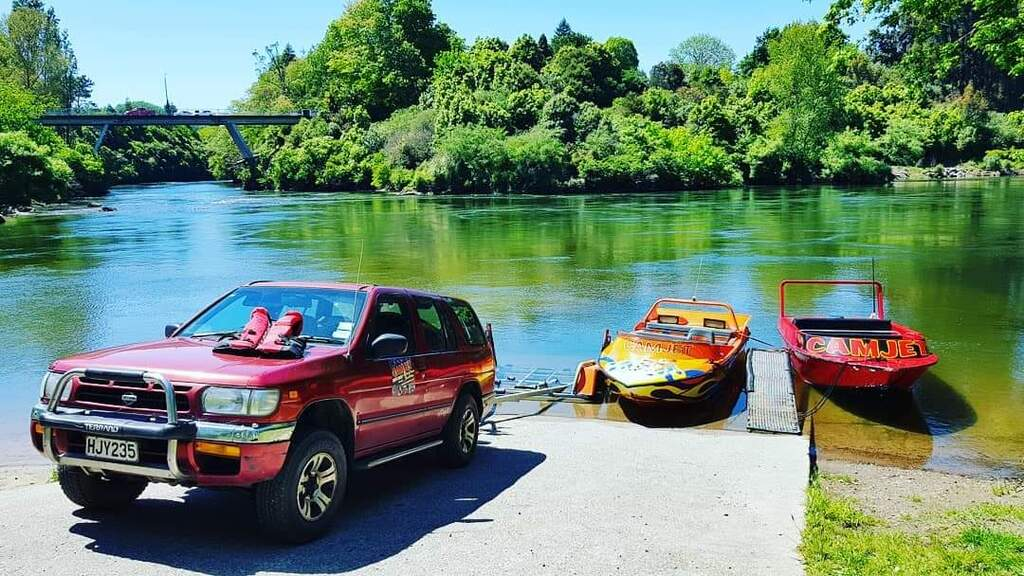 Camjet 4x4 and red and orange boat at cabridge boat ramp